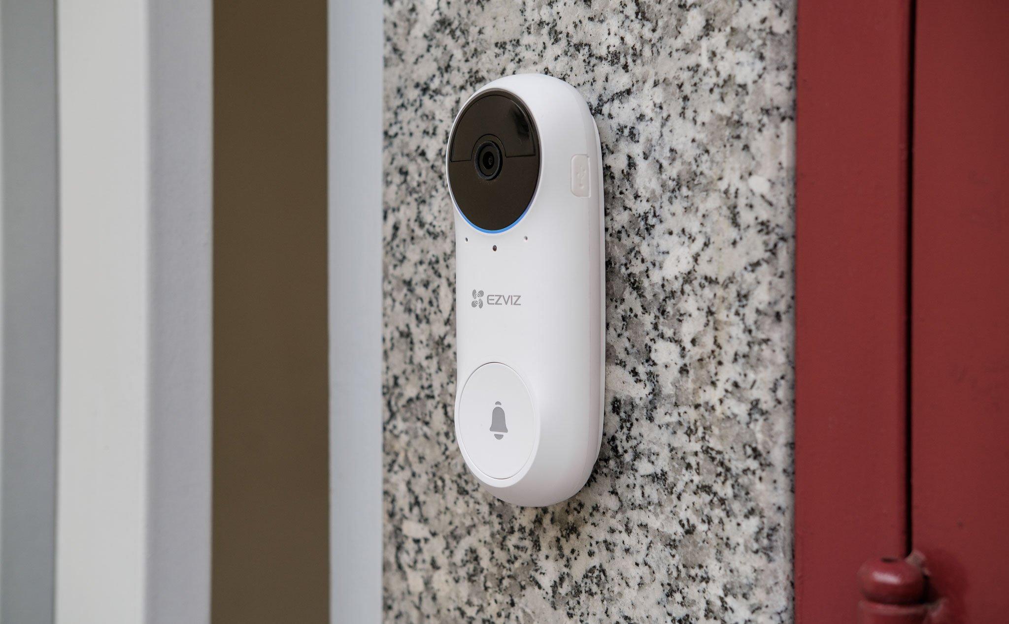 Trên tay chuông cửa không dây thông minh EZVIZ DB2C: đàm thoại hai chiều, dễ thiết lập để sử dụng